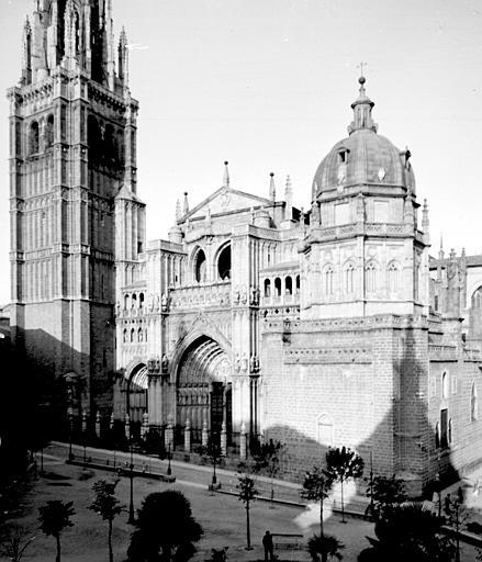 Catedral y Plaza del Ayuntamiento en septiembre de 1907. Fotografía de Petit. Société Française d'Archéologie et Ministère de la Culture (France), Médiathèque de l'architecture et du patrimoine (archives photographiques) diffusion RMN