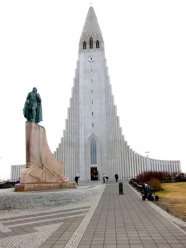 Leif Ericsson statue & Hallgrimskirkja Font