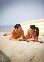 Koppel op het strand (De Kust) Tags: strand zon zand kust koppel sfeer vrijetijdsbesteding algemeenkust kustalgemeen