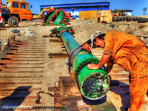 Inai Delima : Servicing of spud hoisting cylinder