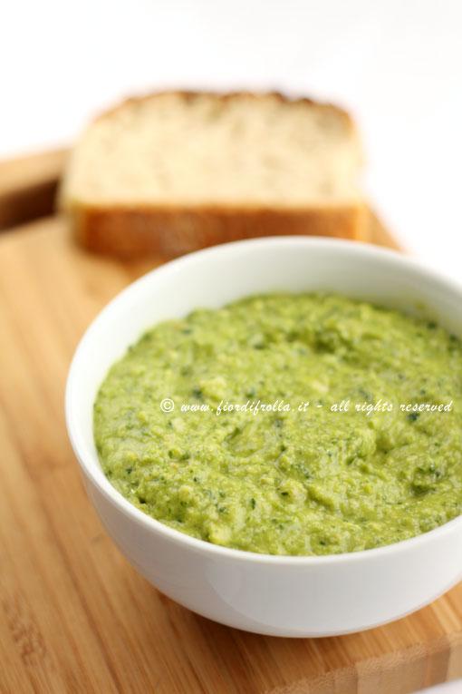 Pesto di asparagi, spinaci e mandorle
