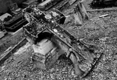 27 Tombe (Didier Raux) Tags: de la noir course didier et blanc champ tombe dfense hippodrome cimetire bistrot raux