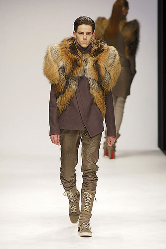 Jeremy Young3212_FW10_London_Todd Lynn(ELLEcom)