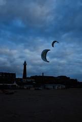 Scheveningen by night - 0029 (goyasmee) Tags: blue sky lighthouse haven harbor scheveningen denhaag kites thehague vuurtoren 2010 lijn11