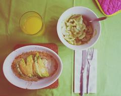 mit avocado überbackener lachs mit gurkensalat