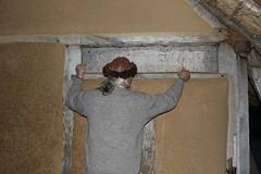 Reinhard Erichsen vom Wikinger Museum Haithabu verschließt ein Fenster an der Herberge WHH 31-10-2010