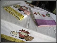 ToAlHaS dE mEsA (DoNa BoRbOlEtA. pAtCh) Tags: flores de da bichos mesa fazenda toalhas donaborboletapatchwork denyfonseca