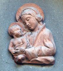 La tenerezza (azuk) Tags: maria madonna tuscany toscana toskana cotto bassorilievo impruneta gesbambino