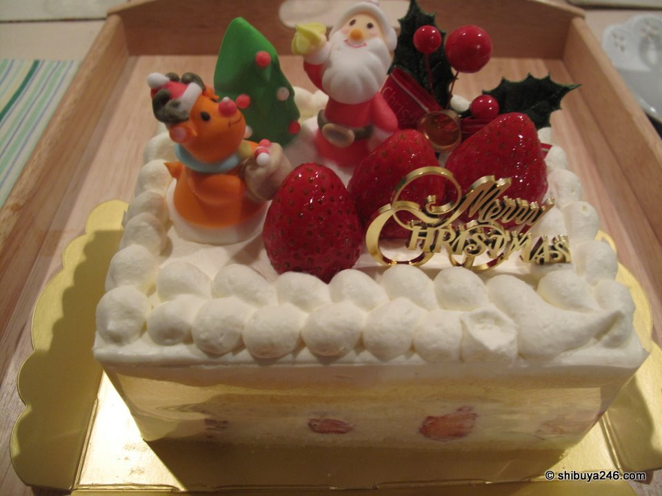 Here is the cake I finally bought for Christmas Eve dessert.