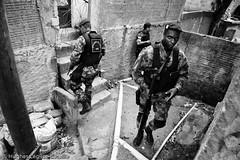 (Hughes Lglise-Bataille) Tags: brazil dogs rio riodejaneiro rj bresil rifle police weapon favela 2009 slum chiens brsil ladeira fusil bope tabajaras