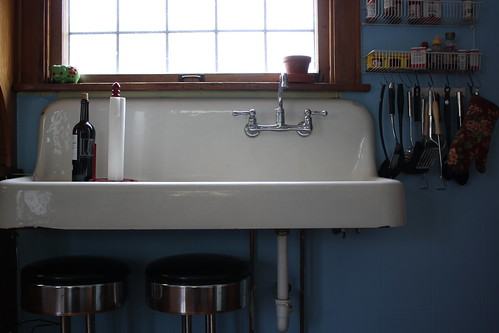 farmhouse sink in urban home by 10bagspacking