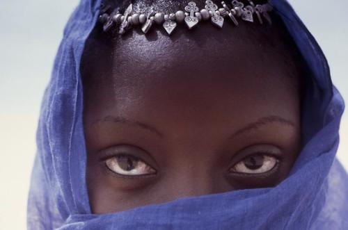 Jeune femme au voile bleu. Senegal.