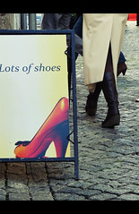 Lots of shoes (Maricruz Suarez - Photography ) Tags: street portugal shoes zapatos advertisement explore lots cartel botas suelo paviment tacon mariacruz ilustrarportugal maricruzsuarez