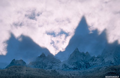 Aiguilles de Chamonix (MOUNTAINCULT) Tags: winter sky mountain france alps cold nature europa europe frana atmosphere cel natura invierno alpen chamonix atmosfera montblanc muntanya hautesavoie hivern rhonealpes spectres atmosphericphenomena espectres mountainphotography fenomensatmosferics mountaincult mountainphotographer