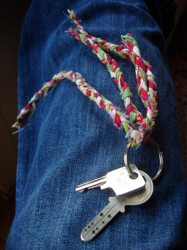geflochtener Schlüsselanhänger aus Stoffstreifen