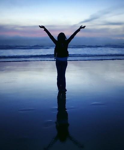 フリー画像| 人物写真| 女性ポートレイト| 後ろ姿| 背伸び/ストレッチ| 深呼吸| 青色/ブルー| ビーチ/海辺|    フリー素材|