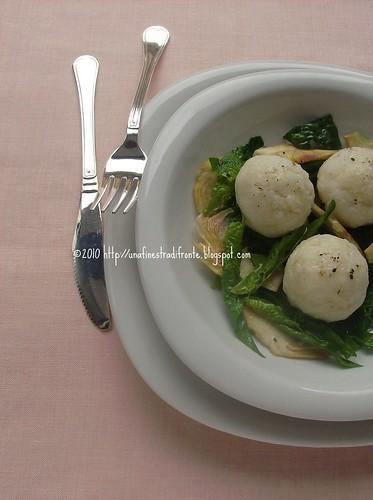 Gnocchi di polenta bianca e formaggio, con carciofi e spinaci