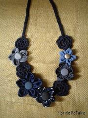 Colar de flores... mix azul! (Flor de Retalho) Tags: flores crochet flor jeans fuxico colar colares croch fuxicos botoforrado flordecroche crepedeseda florderetalho