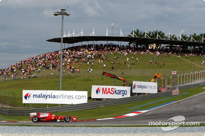 Fernando Alonso transitando una curva del GP de Malasia 2010.