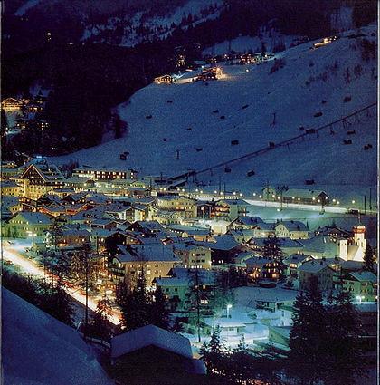Vista nocturna del pueblo