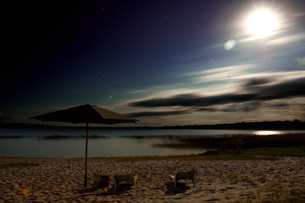 Luz de la luna del miércoles santo sobre la playa de la Laguna Blanca, esa noche la luna estaba en su total exposición iluminando el sitio. (San Pedro, Paraguay - Elton Núñez)