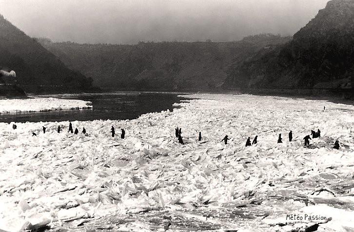 glaces sur le Rhin gelé en février 1954