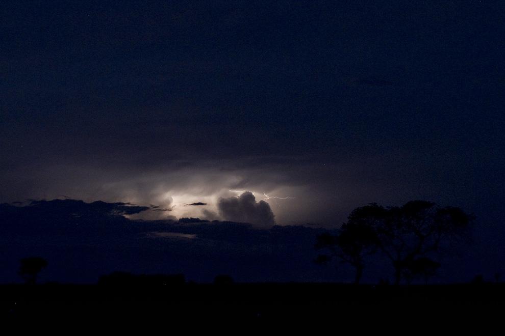 Rayos y nubes en una tormenta distante, anocheciendo en Río Verde. (Rio Verde, San Pedro, Paraguay - Tetsu Espósito)