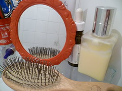 Espelhinho de moldura vermelha