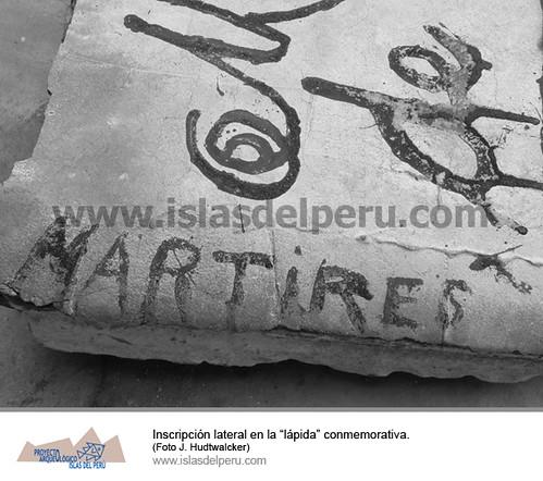 """Inscripción lateral en la """"lápida"""" conmemorativa"""