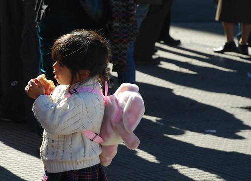 niña con su manzana