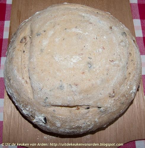 Brood met gedroogde tomaten, zwarte olijven, pecannoten en rozemarijn
