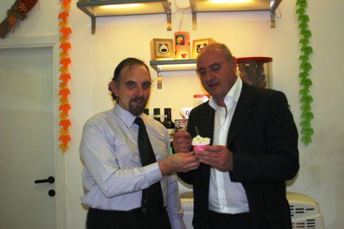 Roberto Troiani che offre il suo gelato.