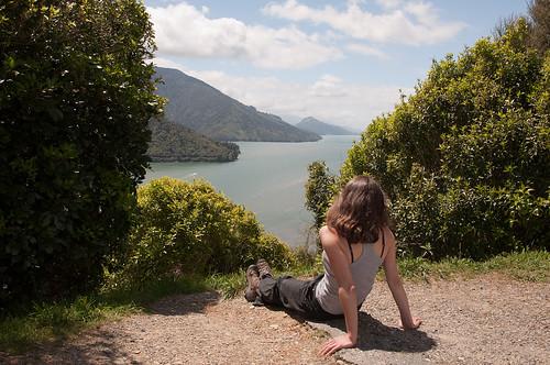 Julie contemplant le fjord
