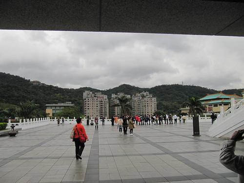 Blick aus dem National Palace Museum auf die gegenüberliegenden Hochhäuser