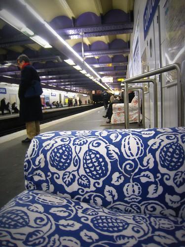 Canapé IKEA dans le métro parisien