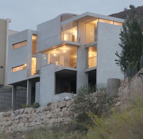 בית מגורים בכפר כנא. הבית מבוסס על מערכת המורכבת משלושה מישורים, קירות וקופסה