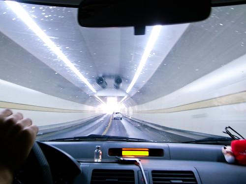 车子行驶在龙井山隧道