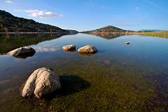 Embalse de Navacerrada (nachop) Tags: madrid españa water landscape spain agua rocks paisaje pantano reservoir reflejo rocas embalse piedras navacerrada