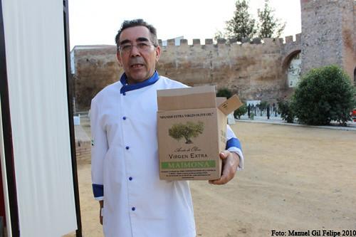 Juan Sanguino Gallardo y aceite de Coop La Estrella