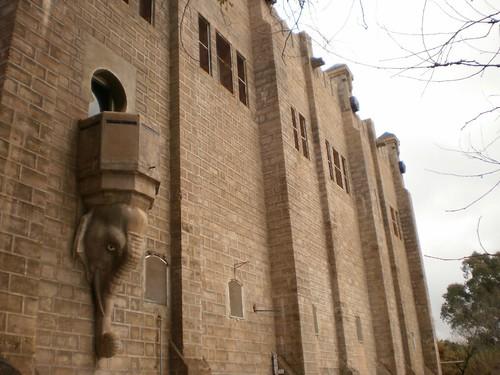 Fachada sur de la central; detalle del balcón y el elefante