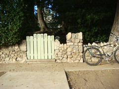 Stone wall and my trusty '57 Spitfire Schwinn (Wha'ppen) Tags: homes foothills castle bike bicycle glendale trail schwinn cruiser fattire tujunga lacanada stonecottage sotherncalifornia verdugopark jewelcity ballooner glendalejewelcityoftheverdugos balloontirebike 1957schwinnspitfire