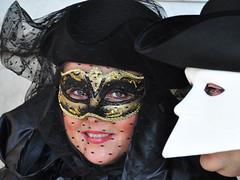 Incrocio di sguardi (PaoloBis) Tags: carnival venice mask getty carnaval carnevale venezia venedig gettyimages karneval maschera 2010 d90 nikond90 paolobis