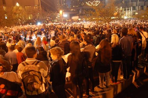 La piazza invasa dalla gente col cuscino