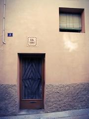 Cal Torrat (SantiMB.Photos) Tags: door espaa house window ventana casa procesocruzado spain puerta crossprocessing kdd montblanc tarragona concadebarber enfoca kodakroyalgold400milder