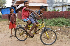 Boys on a bike in Goa -Terre d'Espoir 2 (Pondspider) Tags: poverty india boys children child goa enfants enfant colva linde pauvret migrantworkers anneroberts annecattrell terredespoir janinegaiddon pondspider charitfranaise