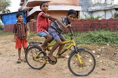 Boys on a bike in Goa -Terre d'Espoir 2 (Pondspider) Tags: poverty india boys children child goa enfants enfant colva linde pauvreté migrantworkers anneroberts annecattrell terredespoir janinegaiddon pondspider charitéfrançaise