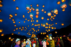 Sky Lanterns Releasing  (olvwu | ) Tags: sky cloud holiday night fun fly warm hotair release joy balloon ceremony taiwan happiness newyear celebration taipei lantern  float  joyful lanternfestival lunarnewyear shifen    pingsi newyearcelebration yuanxiao  wishcometrue pingxi taipeicounty frie upinthesky jungpangwu oliverwu oliverjpwu  skylantern   yuanxiaofestival olvwu makewish skylanternfestival  kongminglantern jungpang pingxiskylanternfestival pingsitownship fifteenthdayoflunarnewyear  shifenskylanternplaza
