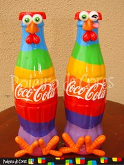 Coc-Cola - The power of arco-Irs (POLEIRO DE CORES) Tags: chicken bottle galinha handmade artesanato coke biscuit cocacola decorao garrafa gallinas toyart porcelanafria coccola