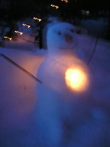 Snögubben i mörkret, med ljus i hjärtat.