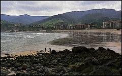 Playa de Bakio   (Bizkaia ) (kirru11) Tags: espaa verde mar agua pueblo playa personas arena cielo monte casas bizkaia piedras bakio espain